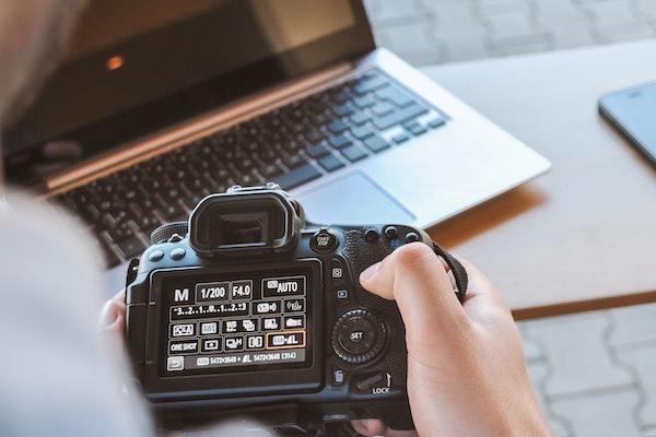 วิธีเลือกกล้อง ควรไปลองถือและใช้งานด้วยตัวเอง